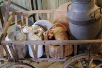Leiterwagen mit Essen und Trinken im Museum