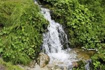 Kleiner Wasserfall am Wegesrand