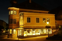 Beleuchtetes Geschäft in der Nacht