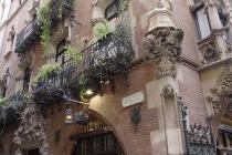 Haus mit Balkonen im gotischen Viertel