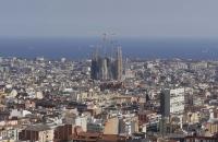 Blick vom Park Güell auf das Meer und die Sagrada Familia