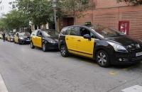 Die Taxis Barcelonas warten auf Kunden