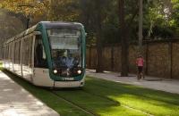 Tramway fährt auf Rasen