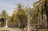 Palmen und alte Straßenlaternen