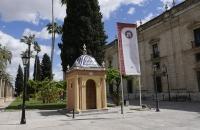Vor dem Universitätsgebäude
