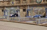 Ruhende Menschen am Plaza de Espana