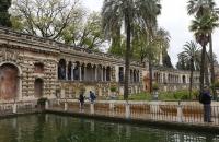 Gang und Wasser im Garten des Alcazar
