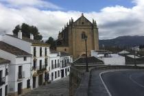 Weiße Häuser und altes Gebäude in Ronda