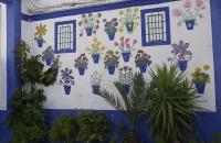 Gemalte Blumen an Hausmauer
