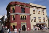 Arabisch anmutende Gebäude hinter dem Triumphbogen