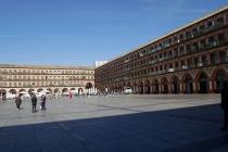 Platz in Cordoba; in den Häusern befinden sich Wohnungen