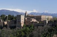 Die Alhambra mit der schneebedeckten Sierra Nevada im Hintergrund