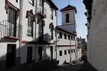 Gasse mit weißen Häusern im Zentrum von Granada