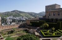 Blick auf Teile der Alhambra und den Bergen dahinter