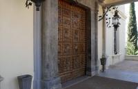 Schöne Pforte an einem Gebäude im Park Campo de los Martires