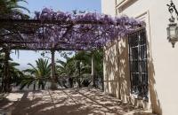 Terasse an Gebäude im Park Campo de los Martires