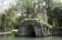 Künstlicher Teich mit Insel im Park Campo de los Martires