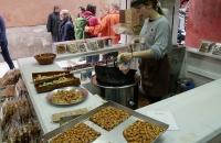 Solche Straßengeschäfte mit karamellisierten Nüßen sieht man oft in Andalusien