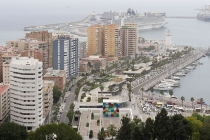 Blick auf den Hafen mit 2 Kreuzfahrtschiffen vor Anker