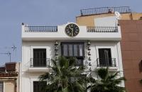 Haus mit schöner, alter Uhr