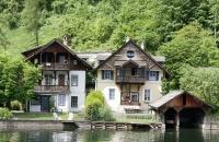 Alte Häuser am Seeufer des Hallstättersee