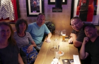 Meine deutschen und österreichischen Freunde und ich im Hardrock Cafe von Innsbruck