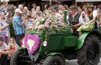 Mit Blumen geschmückter, alter Steyr Traktor