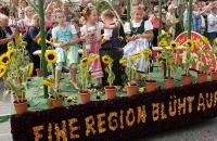 Sonnenblumenwagen mit Mädchen