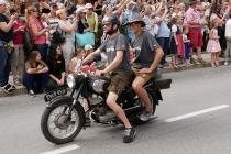 Zwei flotte Jungs auf altem Motorrad