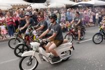Jungs auf stinkenden Mopeds