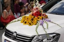 Blumen auf Kühlerhaube von Auto