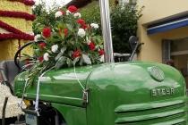 Blumenschmuck auf altem Steyr-Traktor