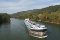 Frachtschiff auf dem Main-Donau-Kanal bei Essing