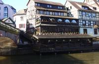 Altes Restaurant neben Steinbrücke im Viertel La Petite France