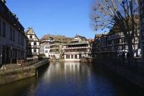 Alte Häuser am Wasser der Ill im Viertel La Petite France