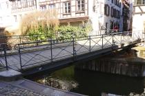 Diese Brücke wird wegen eines herannahenden Bootes zur Seite gedreht