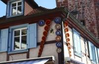 Da hängen die Gugelhupf-Formen außen am Gebäude :-)