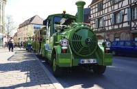 Mit dieser kleinen Bahn lassen sich die bequemen Menschen durch Colmar fahren