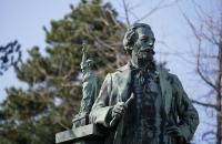 Frédéric-Auguste Bartholdi mit seinem wohl bekanntestem Werk - der New Yorker Freiheitsstatue