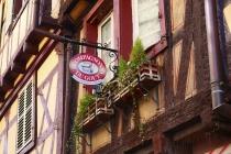 Front mit Schild eines sehr alten Hauses