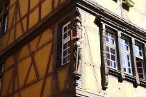 Figur an der Ecke einer Hausmauer eines alten Hauses