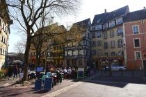 Alte Häuser und Straßencafes