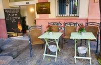Kleine Tische vor einem Hotel im Viertel Santa Cruz
