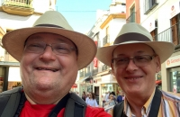 Hans und ich mit unseren neu erworbenen Panama-Hüten