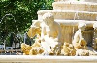 Figuren an einem Springbrunnen im Zentrum von Sevilla