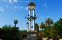 Säulen in einem Park im Viertel Santa Cruz