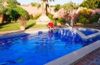 Kühlen der heißen Füße im Pool