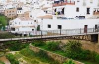 Brücke und weiße Häuser in Setenil De Las Bodegas