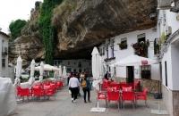 Häuser in steile Felswände gebaut in Setenil De Las Bodegas