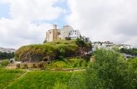 Kirche und Häuser in Setenil De Las Bodegase